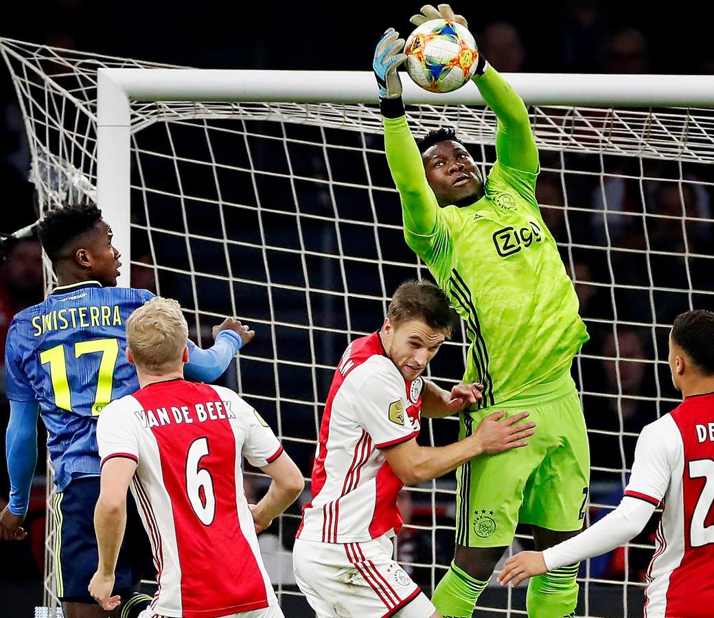 Andre Onana plukt de bal tijdens Ajax-Feyenoord van afgelopen seizoen.