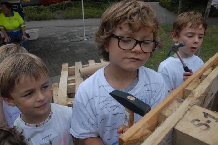 De 7-jarige Bink Grol, lid van de Superhaaien, was lekker fanatiek bezig