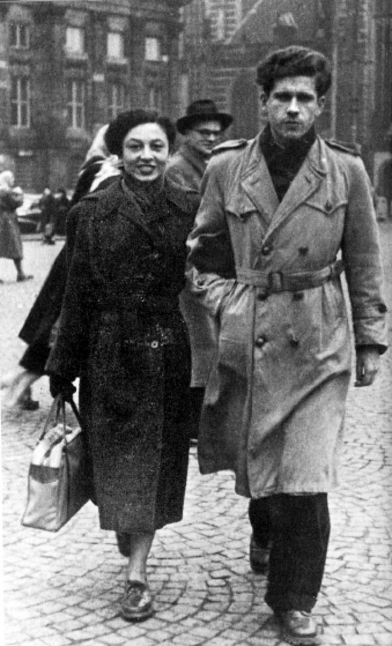Links: Gerard Reve met zijn vrouw Hanny Michaelis, die ook ná hun gestrande huwelijk een trouwe vriendin zou blijven. . (ALLE FOTO'S UIT BESPROKEN BOEK) Beeld