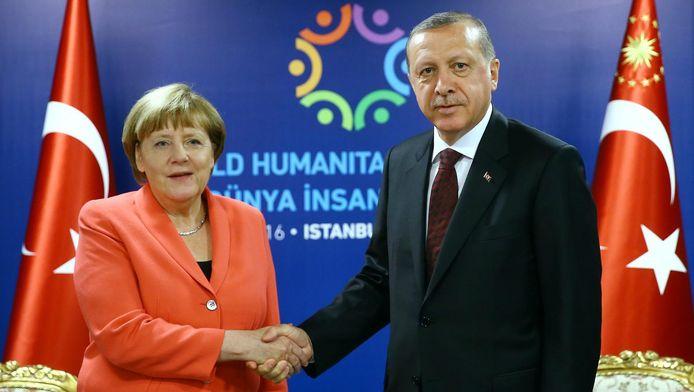 De Duitse Bondskanselier Angela Merkel (links) en de Turkse president Recep Tayyip Erdogan schudden elkaar de hand in mei in Istanboel.