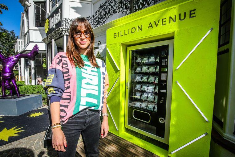 Julie Deaulmerie bij de juwelenautomaat.