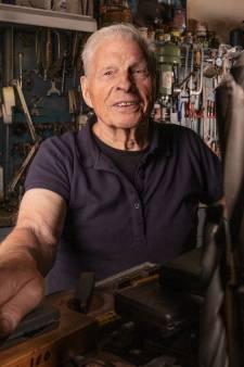 Wim (89) sleutelt er nog steeds op los in zijn werkplaats: 'Zoals ik me voel, kan ik wel 200 jaar worden'