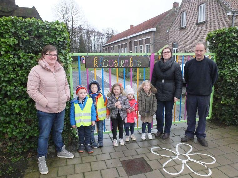 Enkele ouders en leerlingen aan de schoolpoort van Kloosterbos.