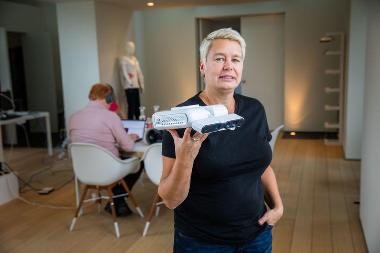 """Sylvie FamilyEye, die je pakweg in de De Smet toont een sensor van woonkamer van oma installeert. """"Ik wil mensen gemoedsrust geven, zodat ze gelukkiger kunnen leven."""""""