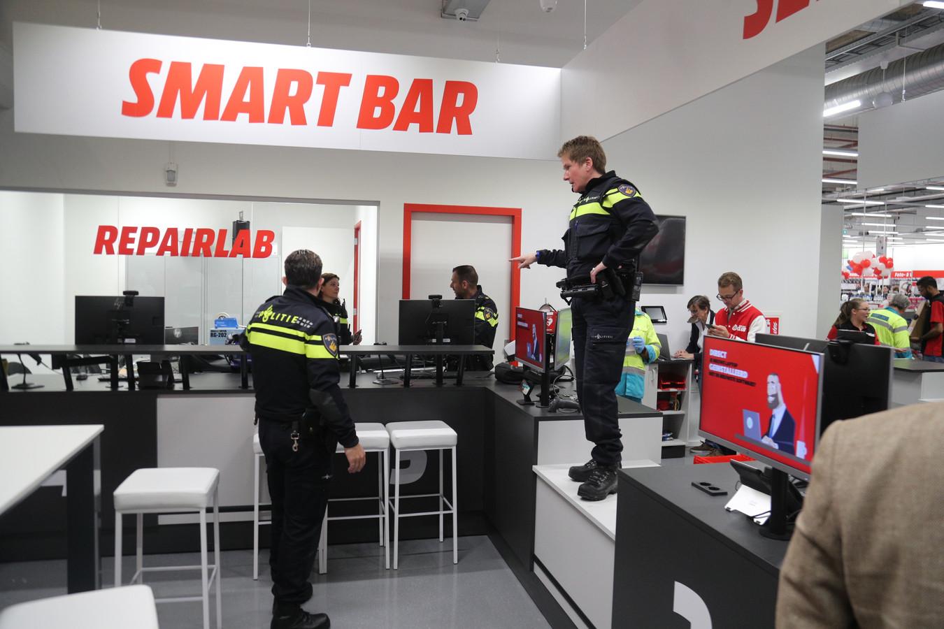 De politie stelt orde in de Mediamarkt in Leidschendam