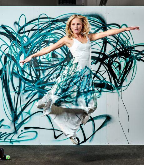 Wie zegt dat een trouwjurk wit moet zijn? Melissa (38) doet het anders: ze maakt graffiti-trouwjurken