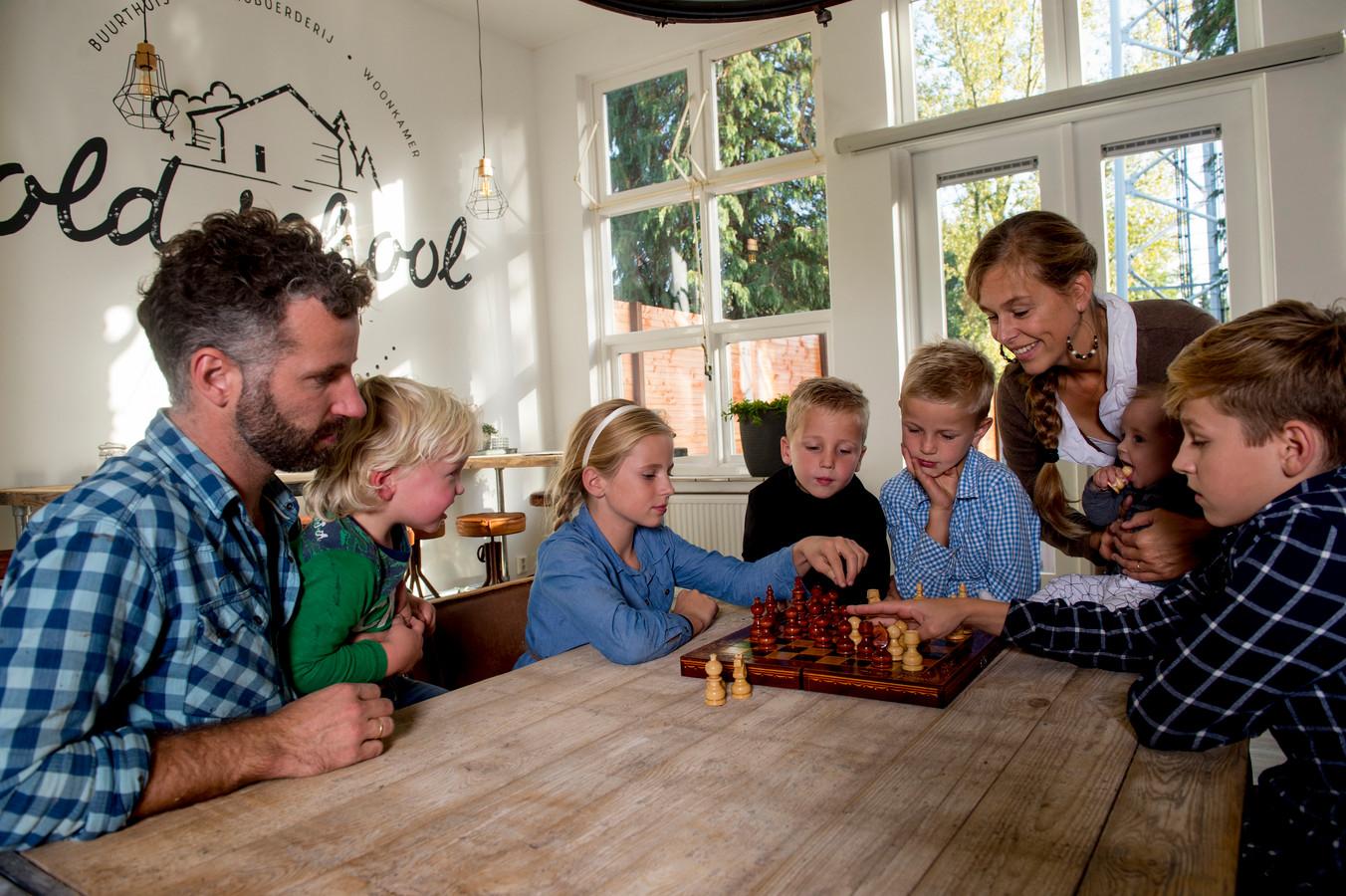 De familie ten Brinke woont in de verbouwde Sebastiaanschool in Apeldoorn.