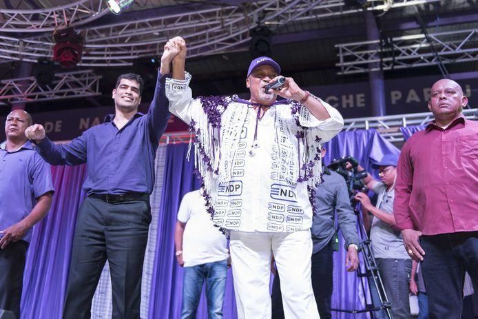 President Desi Bouterse (rechts) presenteert voor de verkiezingen in 2015 Ashwin Adhin (links) als zijn kandidaat voor het vicepresidentschap.
