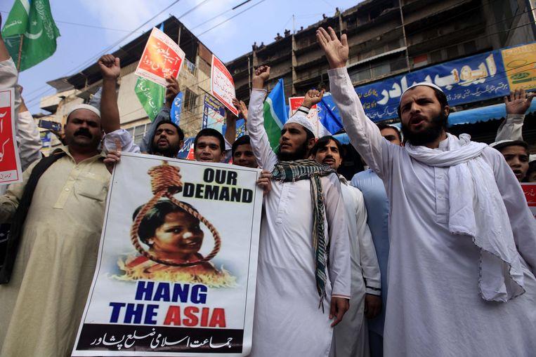 Supporters van een islamitische politie partij demonstreren tegen de vrijspraak van Asia Bibi.