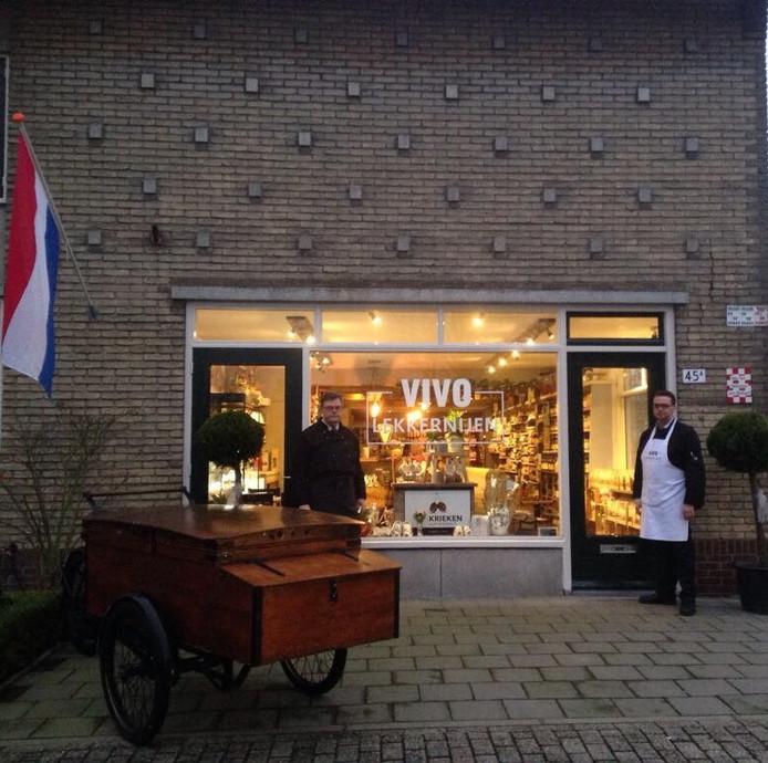 Vorig jaar verkochten de gebroeders Van Tilborgh de PLUS-supermarkt in Sprang-Capelle. Nu runnen ze er een winkel met streekproducten. De naam VIVO verwijst naar de oude kruidenierswinkel van hun ouders.
