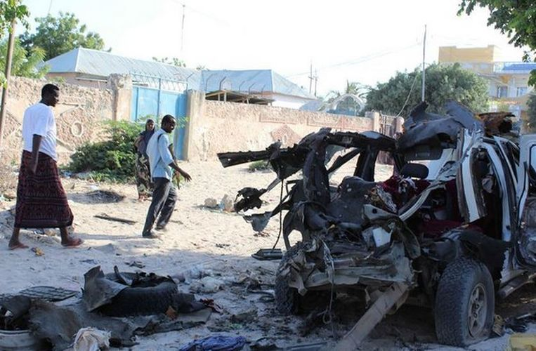 Eergisteren vielen zeker drie doden door een aanslag met een bomauto op het hoofdkwartier van de politie in Mogadishu.