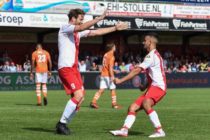 Danny van den Meiracker (oud-FC Lienden-speler) en Ahmed el Azzouti (r) scoorden beide tegen TEC.