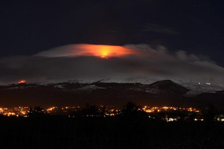 De uitbarsting verlicht de hemel en de wolken boven Sicilië.
