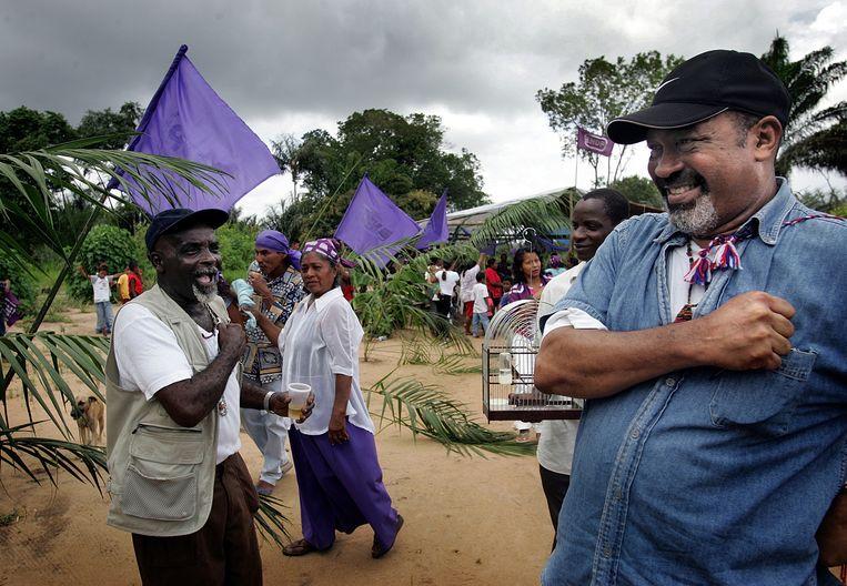 In het dorp Pikin Saron wordt Bouterse in 2005 enthousiast begroet door een aanhanger.Pas in 2010 kwam zijn doorbraak, toen zijn NDP een derde van de parlementszetels won. Beeld de Volkskrant/ Guus Dubbelman