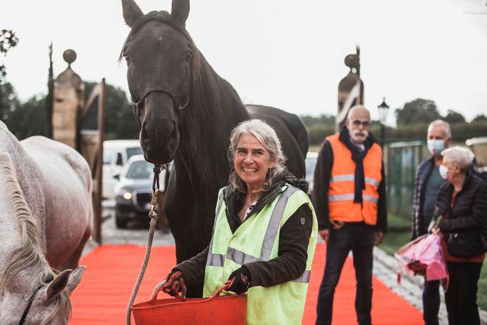 Marianne Stas moest dinsdag afscheid nemen van haar paard Ease, waarmee ze twee weken geleden nog 100 kilometer stapte van Overijse naar de paardenkliniek in Lummen.