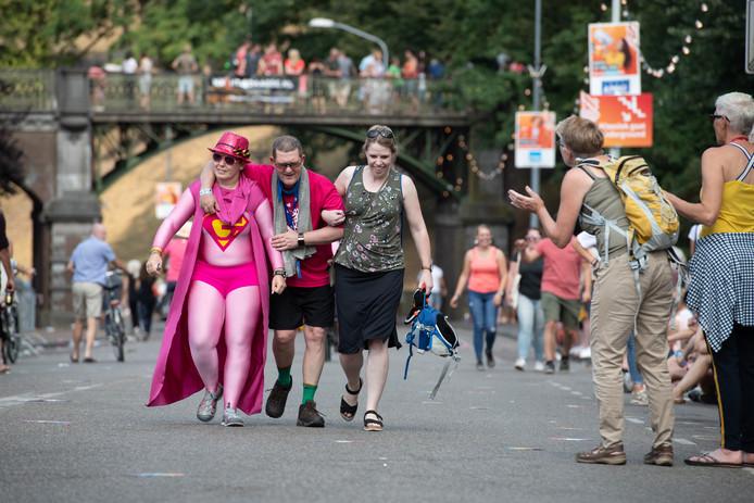 Deze super women helpen een wandelaar naar de finish.