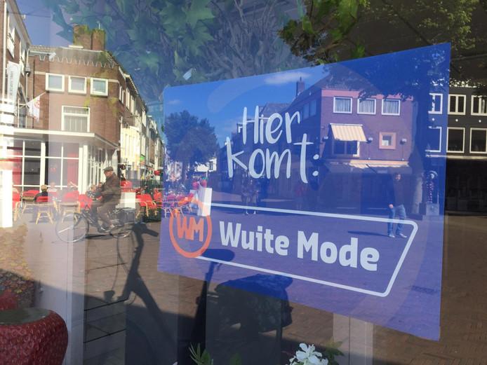 'Hier komt: Wuite Mode', staat aangeplakt.