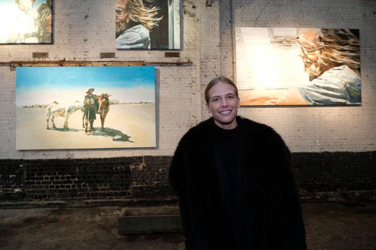 Charlotte De Cock bij enkele van haar schilderijen.