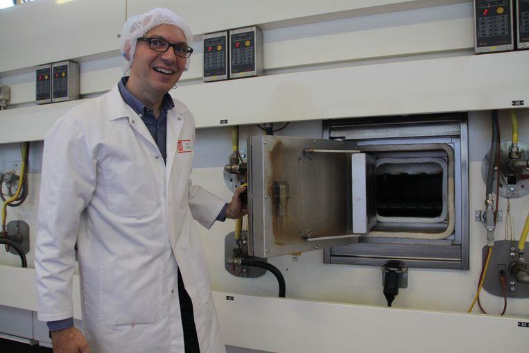 Manager Bart de Geest voor een oven.