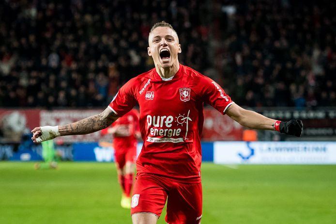 Noa Lang scoort de 2-0 voor FC Twente.