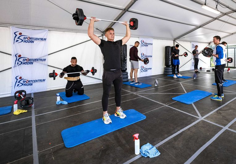 Sporters volgen een les in een tent bij sportcentrum Hoorn, als alternatief voor de lessen binnen. Beeld ANP