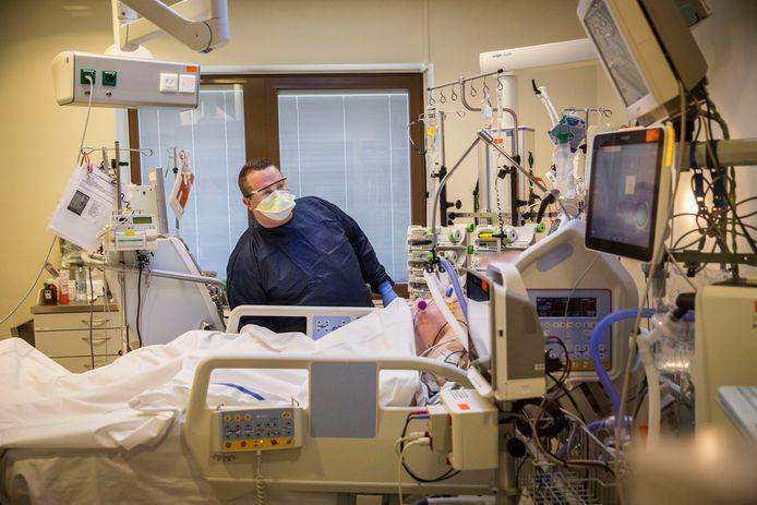 In maart moest het Maasstad Ziekenhuis in allerhaast de intensive care uitbreiden om alle coronapatiënten te kunnen helpen. Er komen nu extra ic-bedden bij, maar die unit is voorlopig niet klaar.