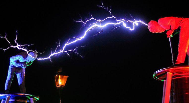 Lords of Lightning 'gooien' 6 minuten lang met bliksem naar elkaar. Wie de show wil zien, mag zeker niet te laat komen.