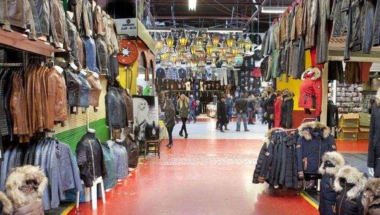 De Bazaar in Beverwijk, de grootste overdekte markt van Europa. Op de foto zijn geen namaak-artikelen te zien. Beeld Maarten Hartman
