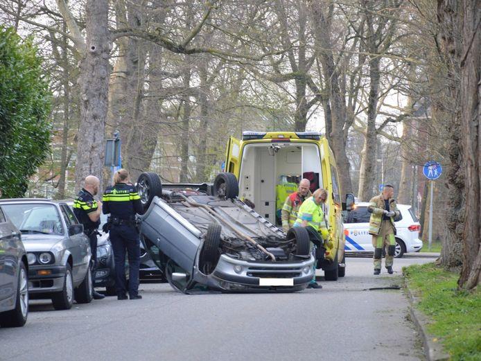 De auto sloeg door onbekende oorzaak over de kop.