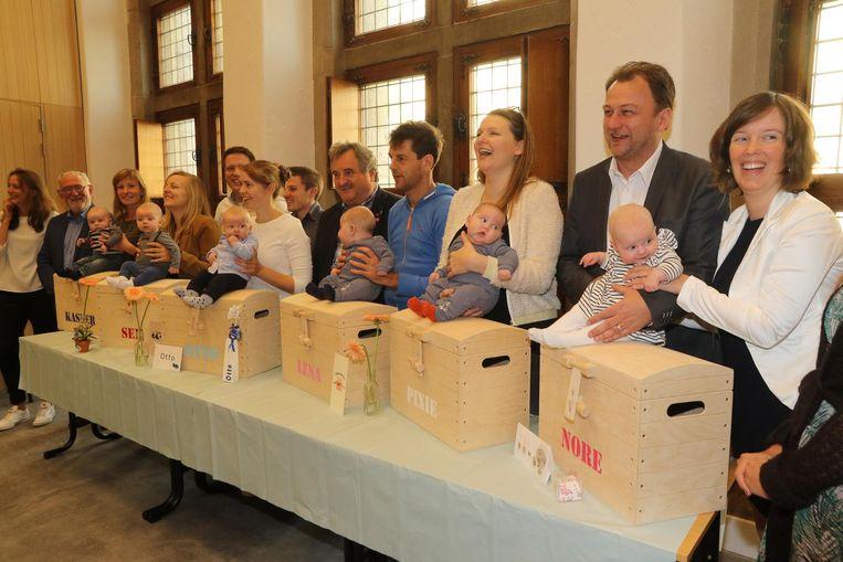 De ouders en hun ukjes Kasper, Sem, Otto, Lena, Pixie en Nore.