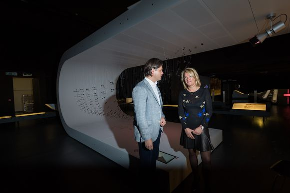 Tongeren, Gallo Romeins Museum, Igor Philtjens en Carmen Willems bekijken een reconstructie van een Vikingboot, gemaakt van originele schroeven.