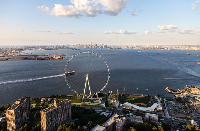 Een impressie van de 190 meter hoge New York Wheel op Staten Island in New York.
