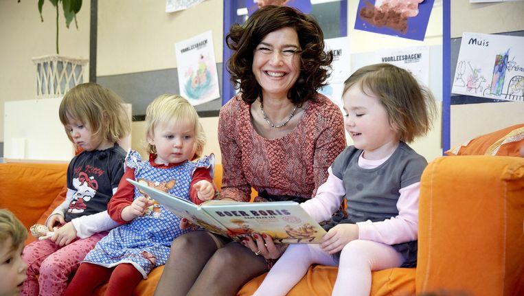 Tweede Kamervoorzitter Anouchka van Miltenburg leest in kinderopvang De Kleine Kamer voor uit het prentenboek van het jaar 2015, getiteld Boer Boris gaat naar zee. Beeld anp