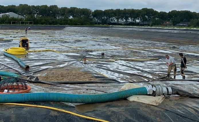 De golfbaan-in-wording in Spijk. Regenwater wordt opgevangen om te voorkomend dat metalen via de regen alsnog in de grond sijpelen.