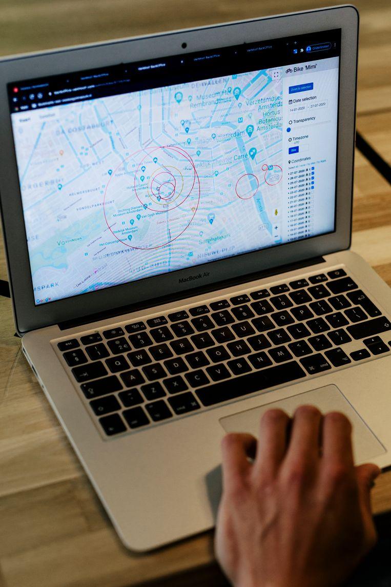 De rode stipjes op de kaart van Amsterdam zijn allemaal gestolen VanMooffietsen. Beeld Marc Driessen