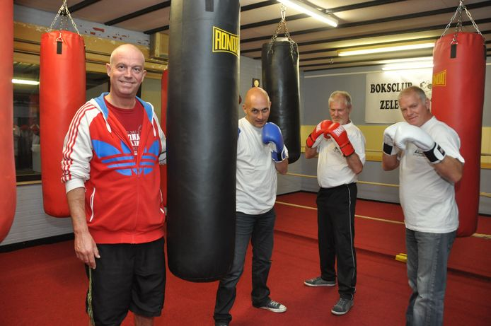 Marino Roosendans, Francis De Donder, Erwin en Luc Strijp oefenen alvast in de nieuwe sportzaal.