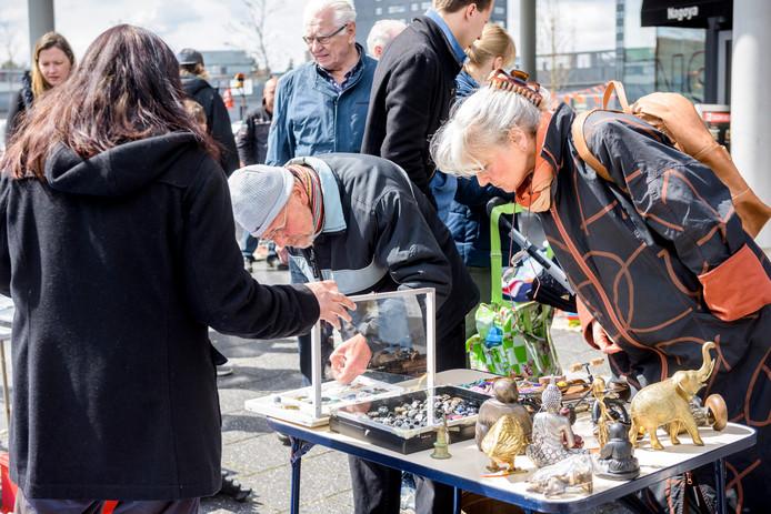 Vrijmarkt tijdens Koningsdag op Woenselse markt.