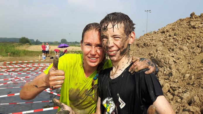 Eén ding is zeker: deelnemers aan de Drek Race komen niet met schone kleren over de finish.