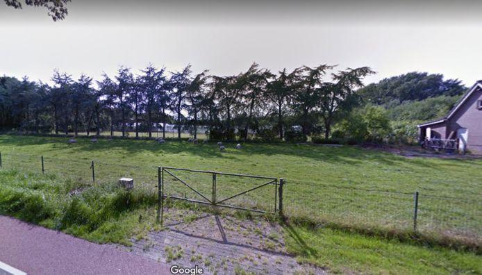 Tussen de bomen zijn nog net de kassen zichtbaar die gesloopt worden ten behoeve van zes eco-woningen in Schaijk.