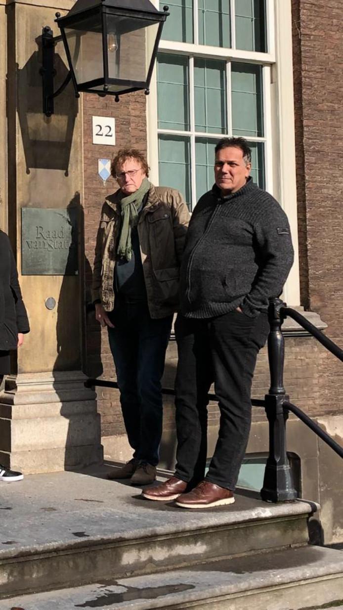 Richard Quick (rechts) en raadslid Harry de Olde bij de ingang van het gebouw van de Raad van State.