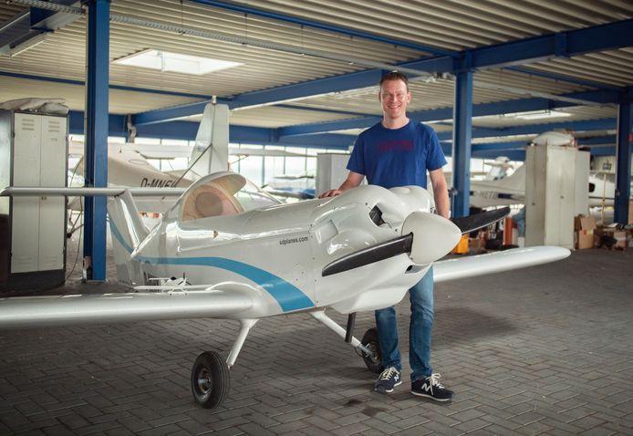 Willem van Beek bij een al voltooid toestel, van een andere hobbyvlieger, op het vliegveld van Stadtlohn.