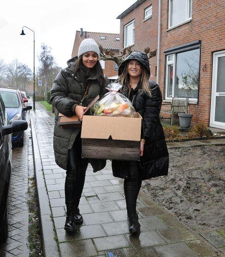 Amy en Laura brengen dozen vol spullen langs bij kwetsbare gezinnen: 'Volgende keer nog groter'