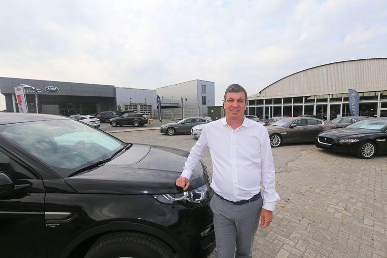 Zaakvoerder Ivo Van Vaerenbergh met rechts het oude magazijn van De Vriendt Cars dat plaats ruimt voor een nieuw atelier.