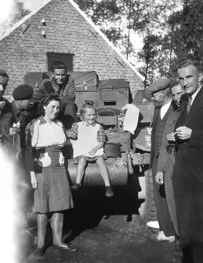 Heikant, 16 september 1944: Soldaten van de Eerste Poolse Pantserdivisie zijn in de ochtend van 16 september de Nederlandse grens gepasseerd en doorgereden naar Heikant. Ze maken kwartier op het boerenhof van de familie Martinet. fotof René Martinet, Archief familie Martinet