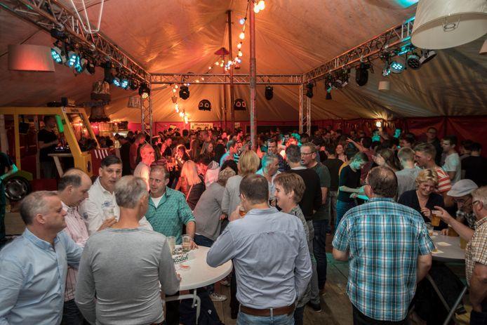 Feest in de tent in Soerendonk in 2017.