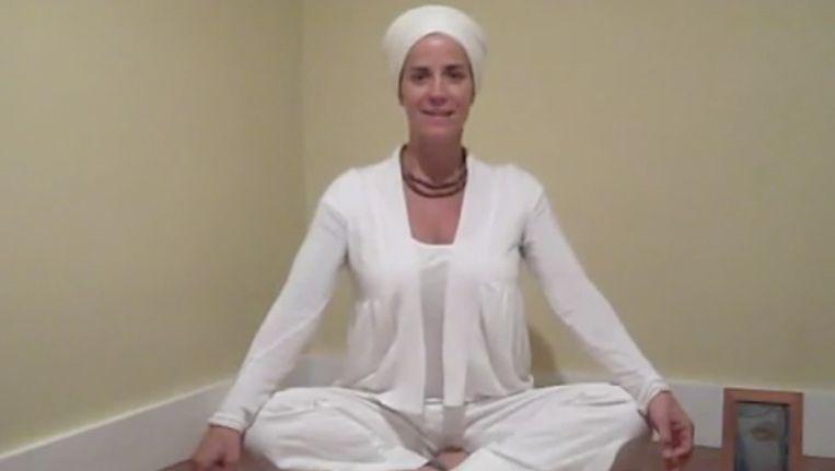 Beginpose voor een Kirtan Kirya-meditatie Beeld