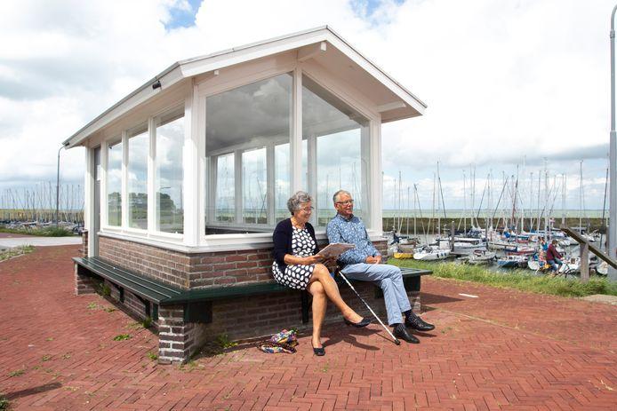 Lenie en Leen Paauwe bij het praathuisje in Colijnsplaat.