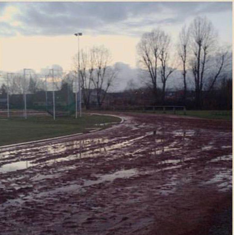 De atletiekpiste op de sportcampus in Sint-Gillis is gewoon een ware modderpoel vol putten.