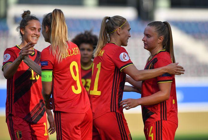 De Red Flames met Davinia Vanmechelen vieren na de EK kwalificatiewedstrijd tegen Roemenië.