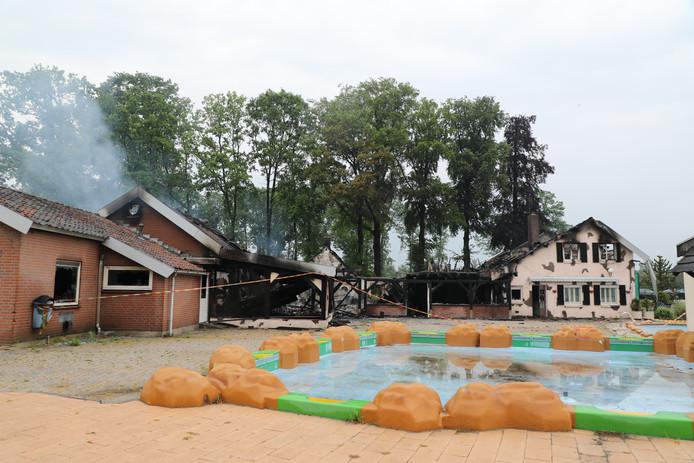 Het hoofdgebouw van camping Duinlust is totaal verwoest door de brand.